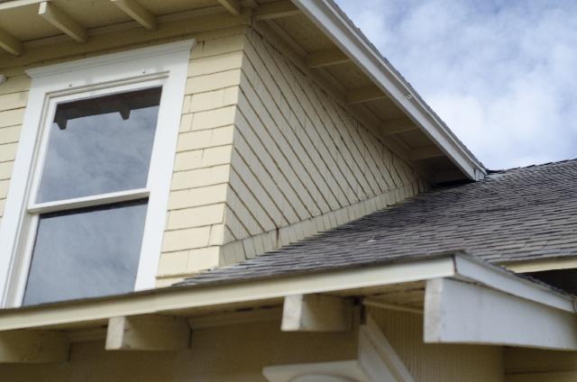 屋根は普段見られない場所です、塗り替え時期の目安には点検することをおススメします