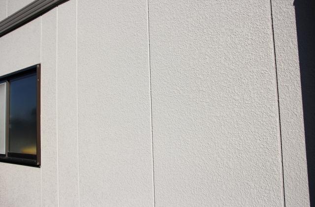 外壁は経年劣化によってクラックなどが発生する場合があります