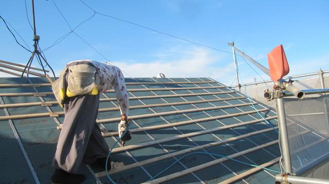 屋根に桟を設置しています