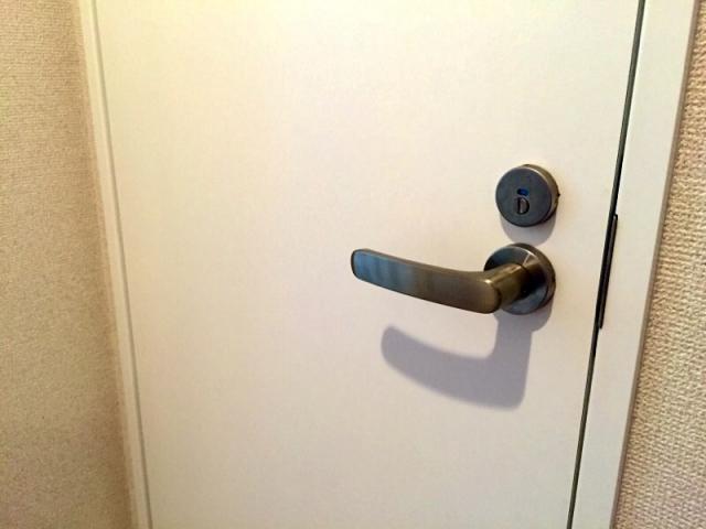 扉が重たいと負担になります。