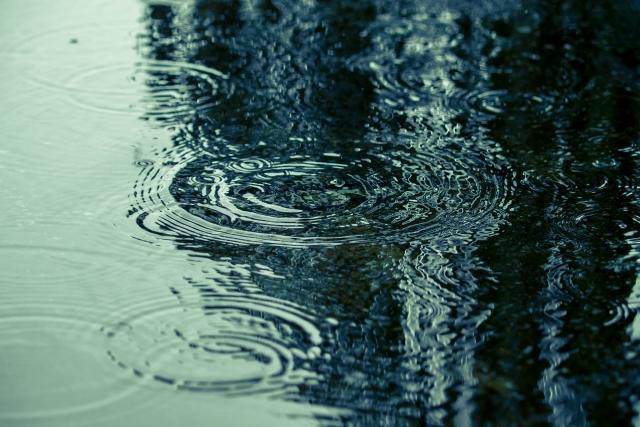 塗膜表面を水になじみやすくすることで汚れを洗い流します。