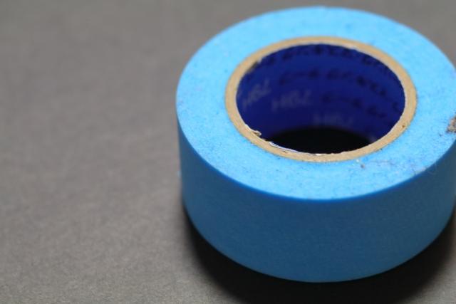 塗料がついて困るところはマスキングテープで養生しましょう。