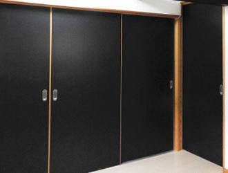 扉全体の変更として開き戸を引き戸、折り戸等へ取り替えるものや扉の撤去・ドアノブの変更・戸車の変更があります