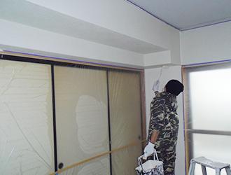 塗料が乾いたら仕上げを行っていきます。クロスの状況に応じて仕上げ塗り2回行った方がきれいに仕上がります。