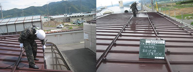 左の写真は軒樋高圧洗浄中のようす。右の写真は屋根高圧洗浄中のようすです。