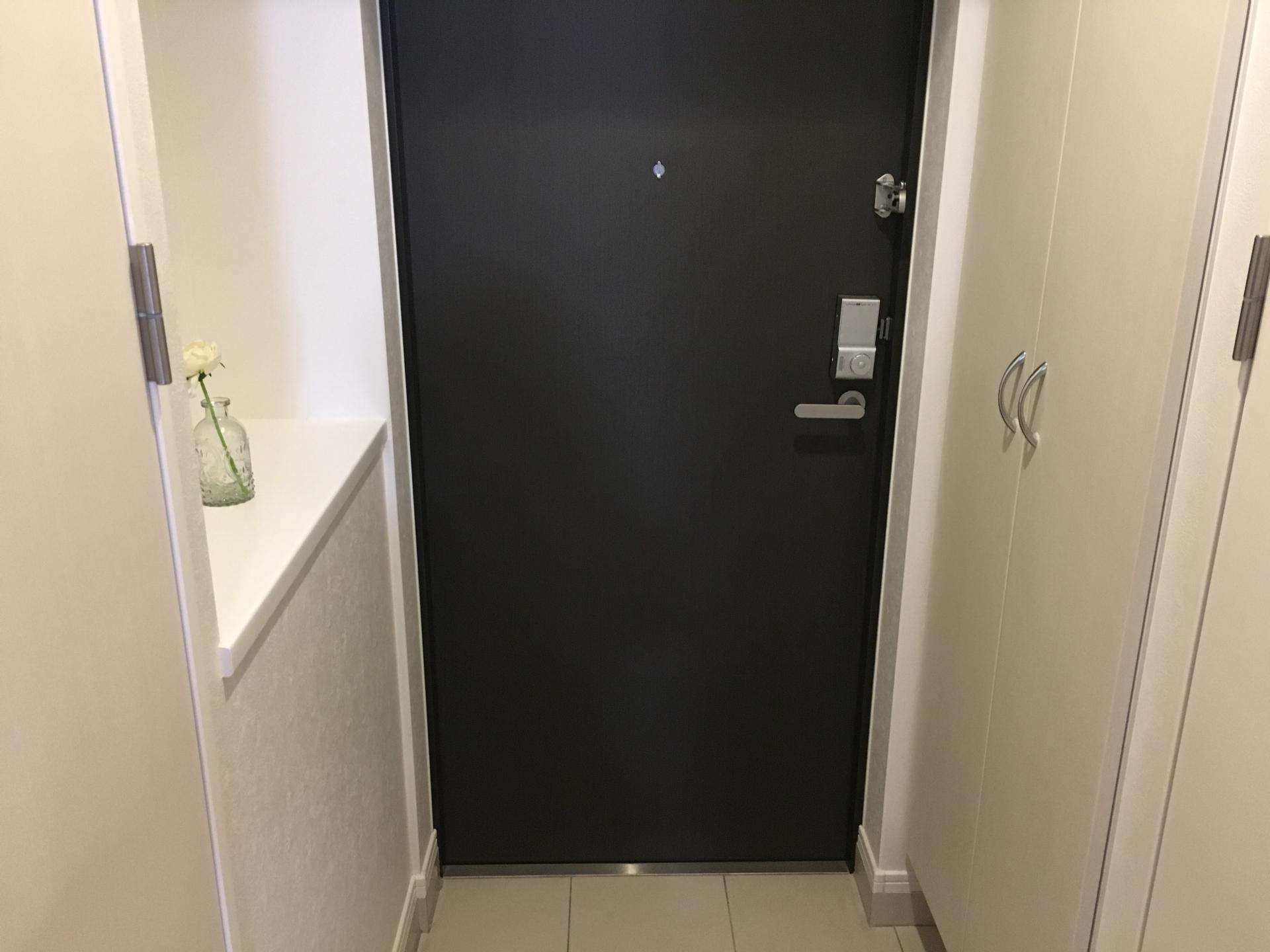 ワンタッチオープンの自動収納タイプ。玄関引戸・各種ドアに対応した万能網戸。『ワンタッチウェーブ』